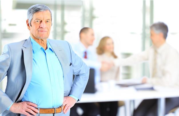 Homem de negócios em pé no escritório