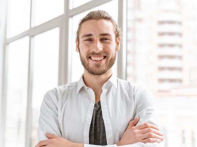 Homem de negócios em retrato de escritório