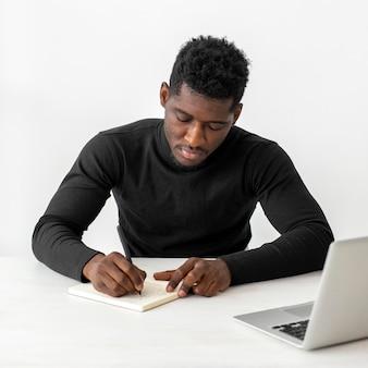 Homem de negócios em seu escritório escrevendo