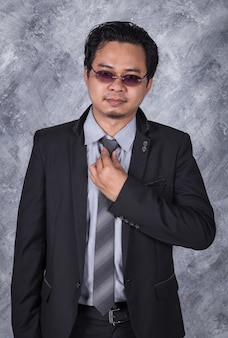Homem de negócios em terno consertando sua gravata