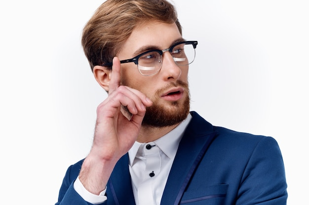 Homem de negócios em terno feminino com close up de escritório