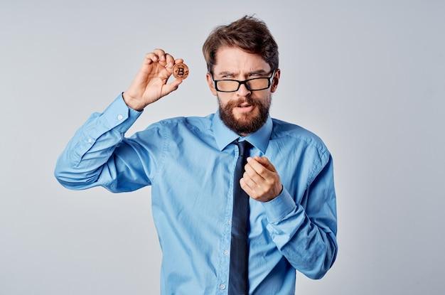 Homem de negócios emocional calculadora criptomoeda bitcoin gerente financeiro
