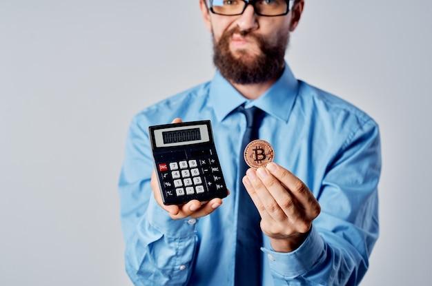 Homem de negócios emocional criptomoeda calculadora bitcoin finanças