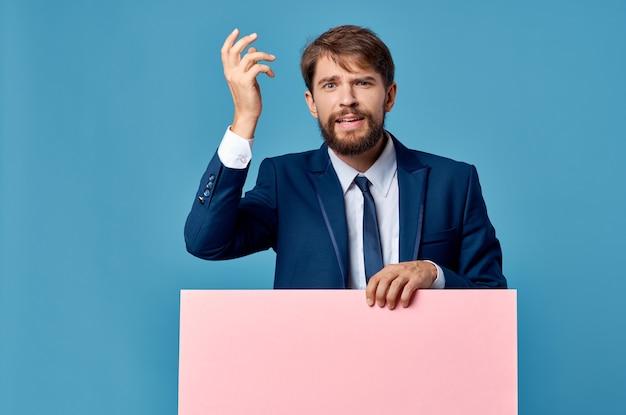 Homem de negócios emocional em terno rosa banner mockup apresentação fundo azul. foto de alta qualidade