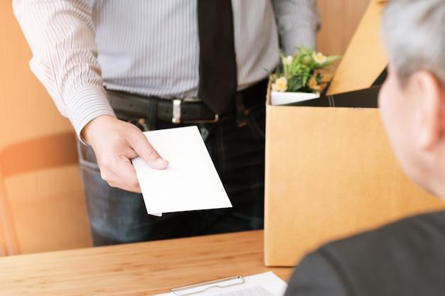 Homem de negócios, enviando carta de demissão para chefe e segurando coisas renunciar deprimir