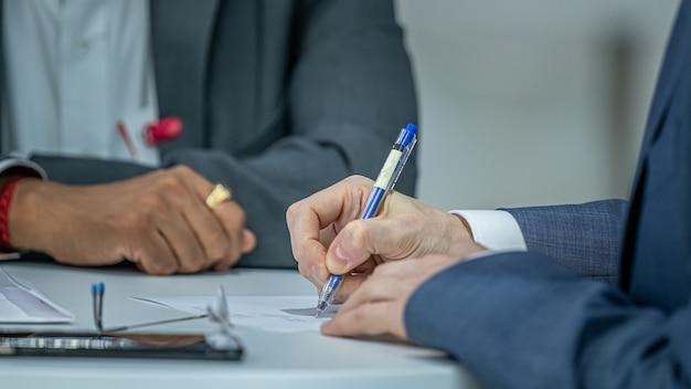 Homem de negócios escrevendo atas de reunião
