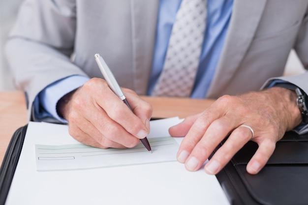 Homem de negócios escrevendo em um papel