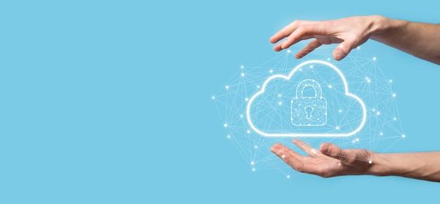 Homem de negócios espera, segurando dados de computação em nuvem e segurança na rede global, ícone de cadeado e nuvem. tecnologia de negócios. cibersegurança e informação ou proteção de rede. projeto de internet