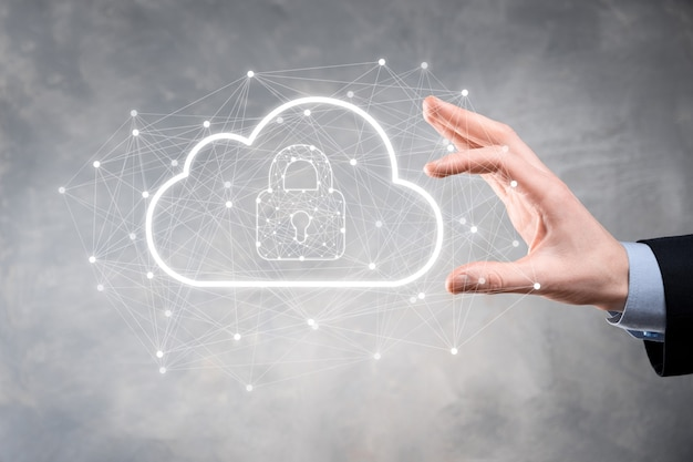 Homem de negócios espera, segurando dados de computação em nuvem e segurança na rede global, ícone de cadeado e nuvem. tecnologia de negócios. cibersegurança e proteção da informação ou rede. projeto de internet.