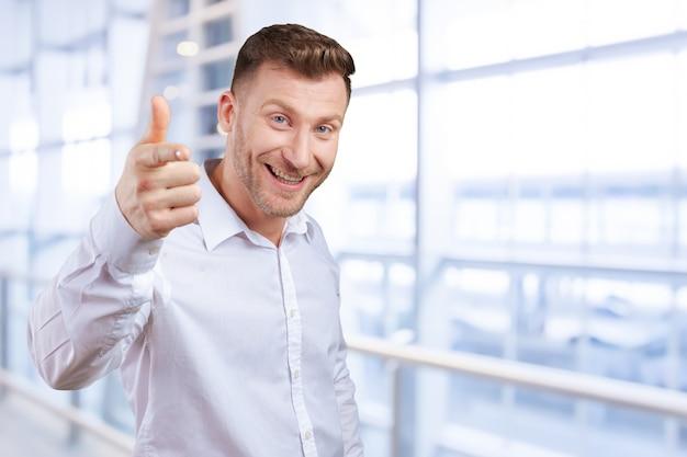 Homem de negócios está apontando para você