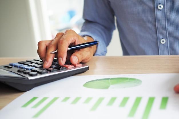 Homem de negócios está calculando sua renda