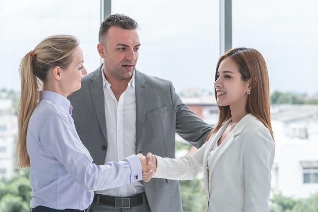 Homem de negócios está introduzindo parceiros uns aos outros