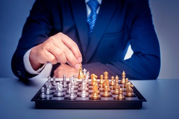 Homem de negócios está jogando xadrez, conceito de estratégia de gestão de negócios