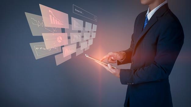 Homem de negócios está tocando a tela virtual de tecnologia digital, plano de negócios de análise