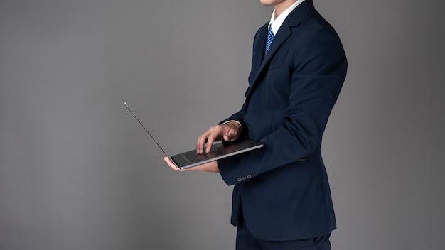 Homem de negócios está usando o laptop