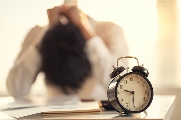Homem de negócios estressado e preocupado com o atraso na conclusão do projeto de construção