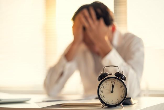 Homem de negócios estressado e preocupado com o atraso na conclusão do projeto de trabalho
