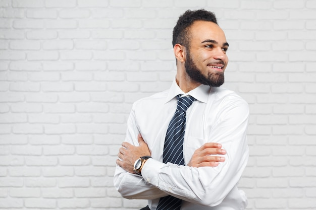 Homem de negócios executivo americano africano alegre bonito