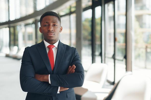 Homem de negócios executivo americano africano no escritório do espaço de trabalho