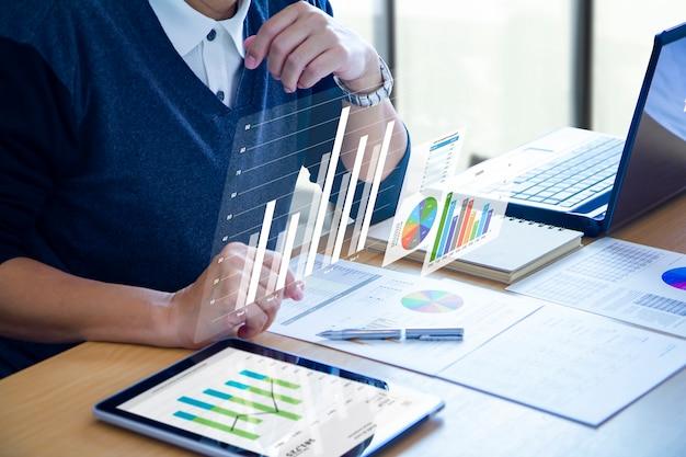 Homem de negócios, expandindo a tela virtual futurista sobre um tablet moderno