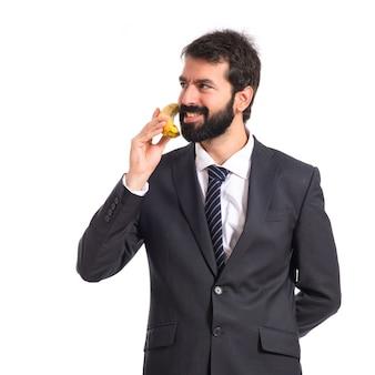 Homem de negócios falando por banana sobre fundo branco