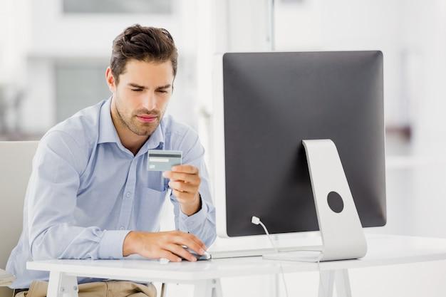 Homem de negócios fazendo compras on-line no computador