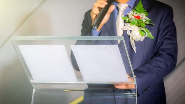 Homem de negócios fazendo discurso por trás do púlpito