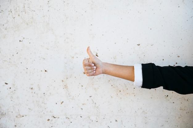 Homem de negócios fazendo gesto de polegar para cima