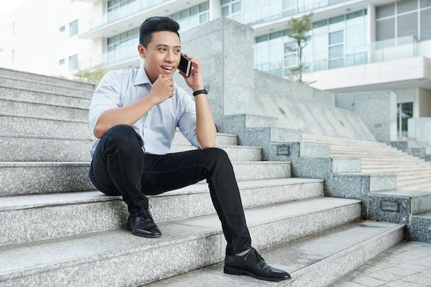 Homem de negócios fazendo ligação