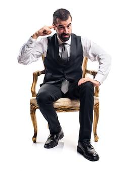 Homem de negócios fazendo um gesto louco