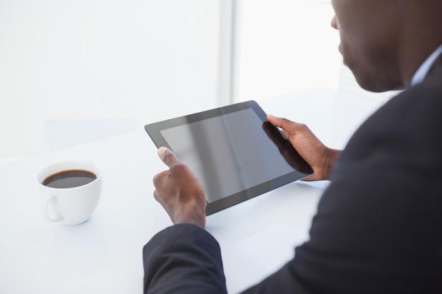 Homem de negócios focado olhando para o seu tablet