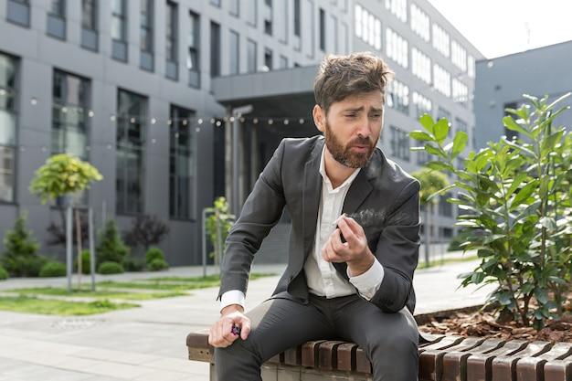 Homem de negócios fumando cigarro no ar perto do escritório alivia o estresse após um dia duro de trabalho, cansado retrabalhado deprimido
