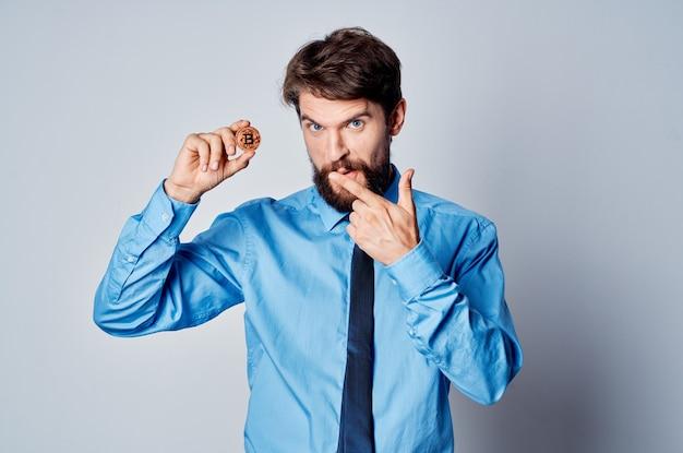 Homem de negócios gerente escritório criptomoeda dinheiro eletrônico