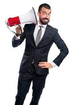 Homem de negócios gritando por megafone