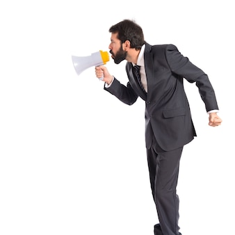 Homem de negócios gritando sobre fundo branco isolado