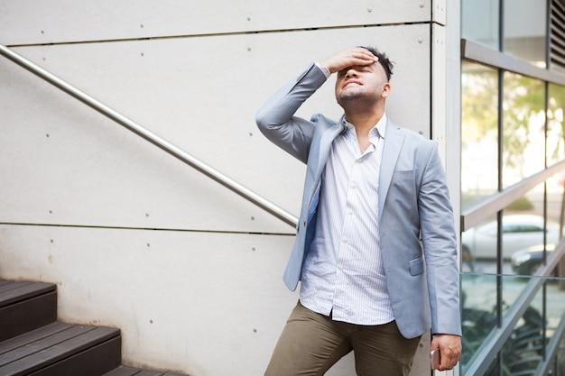 Homem de negócios hispânico decepcionado pensando em problemas