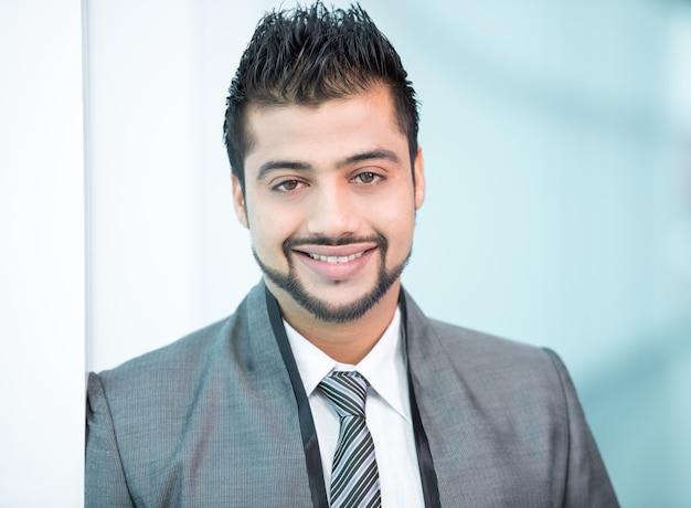 Homem de negócios indiano que está no escritório.