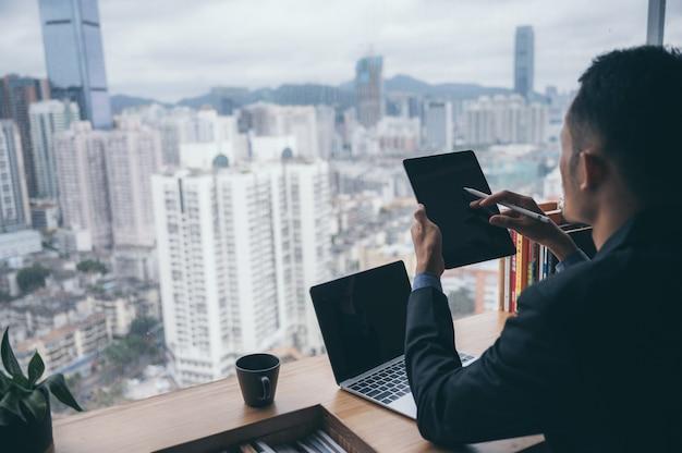 Homem de negócios inteligente e inteligente do futuro para um projeto financeiro e de comércio eletrônico