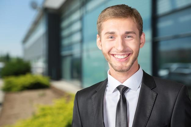 Homem de negócios inteligente feliz