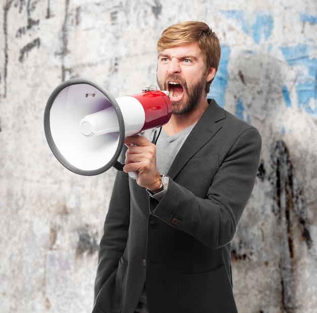 Homem de negócios irritado que faz um anúncio com megafone