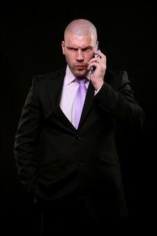 Homem de negócios isolado em preto