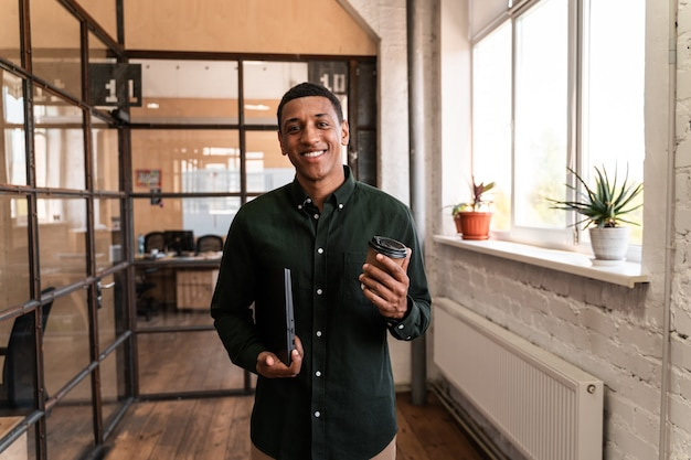 Homem de negócios jovem andando nos corredores do escritório. conceito sobre negócios e pessoas