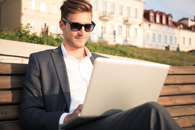 Homem de negócios jovem ao ar livre trabalha estilo de vida de ocupação.