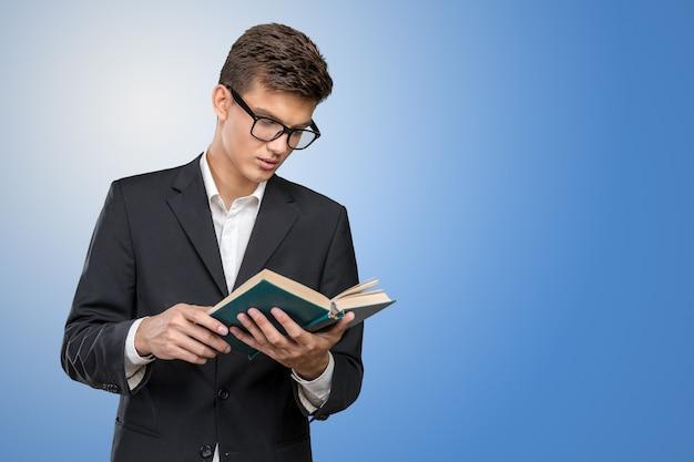 Homem de negócios jovem bonito com um livro