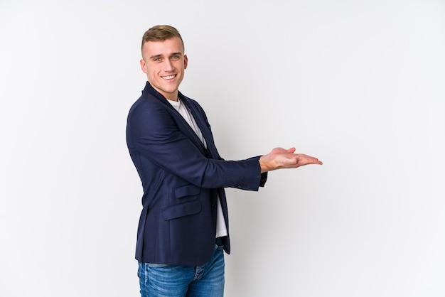 Homem de negócios jovem caucasiano segurando um espaço de cópia na palma da mão.
