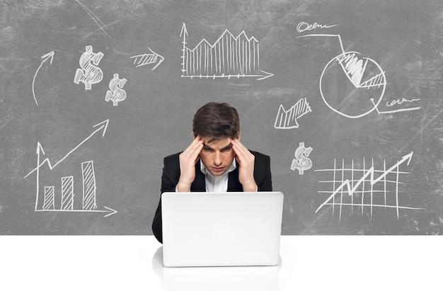 Homem de negócios jovem com laptop brainstorming. conceito de negócio em desenho