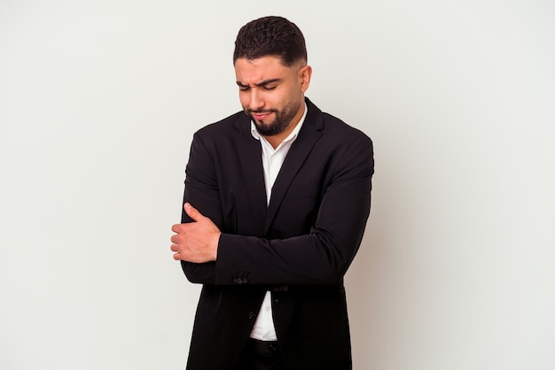 Homem de negócios jovem de raça mista isolado em abraços brancos, sorrindo despreocupado e feliz.