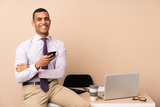 Homem de negócios jovem em um escritório aplaudindo