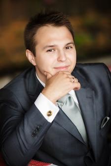 Homem de negócios jovem em uma mesa
