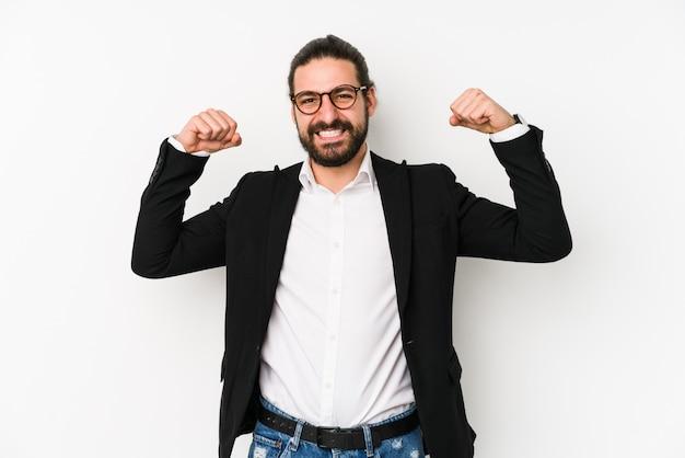 Homem de negócios jovem isolado em uma parede branca, mostrando o gesto de força com os braços, símbolo do poder feminino